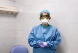 Una professional sanitària de la Clínica Salus amb la mascareta i ulleres de protecció individual contra el COVID19
